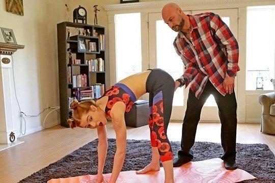 Тренер по йоге помог блондинке Pepper Hart расслабиться во всех местах