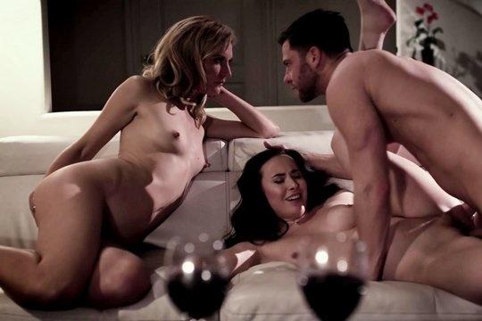 Casey Calvert, ее парень и его мамка устроили страстный ЖМЖ секс на диване
