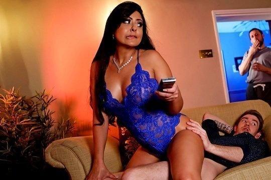 Зрелая брюнетка Mariska ебется с молодым любовником, пока муж лазит по хате