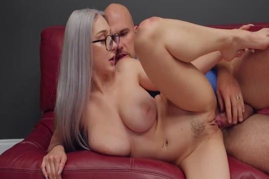 Блондинка с натуральной грудью Skylar Vox качественно выебана на диване