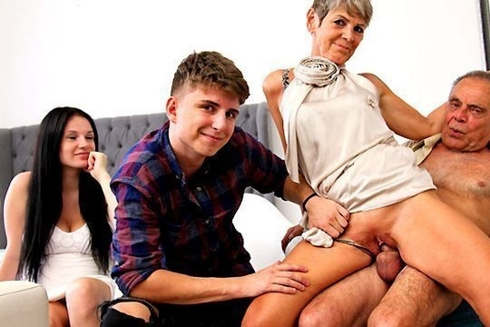 Беременная сестра и ее брат наблюдают за сексом своих развратных родителей