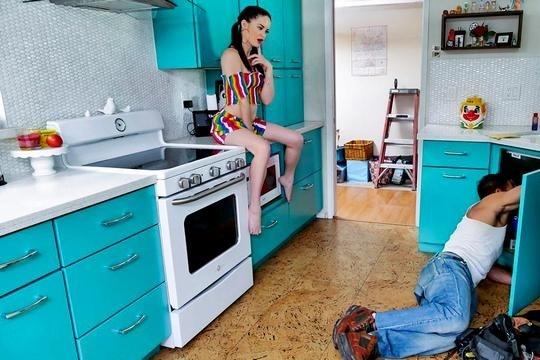 Красотка Jenna J Ross насладилась членом сантехника и дала кончить на лицо