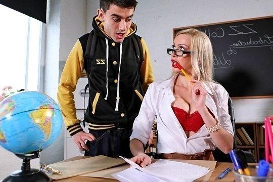 Зрелая блондинка с силиконовой грудью преподша Amber Jayne резвится со студентом