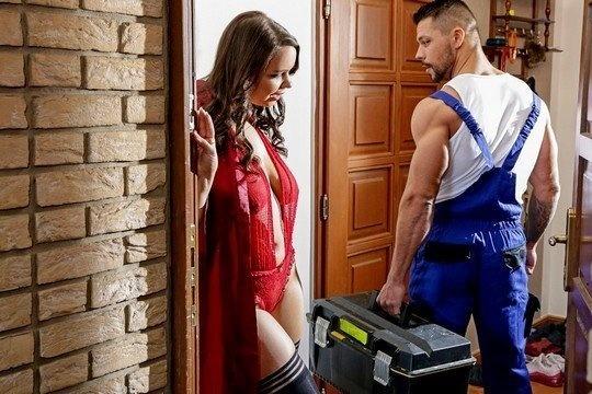 Красавица с большой натуральной грудью Sofia Lee соблазнила подкачанного сантехника