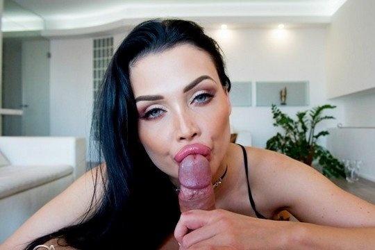 Порно от первого лица со зрелой брюнеткой с большими дойками