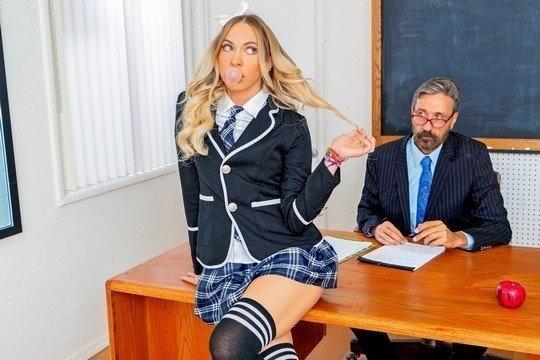 Студентка в гольфах Khloe Kapri отдалась преподу за оценку
