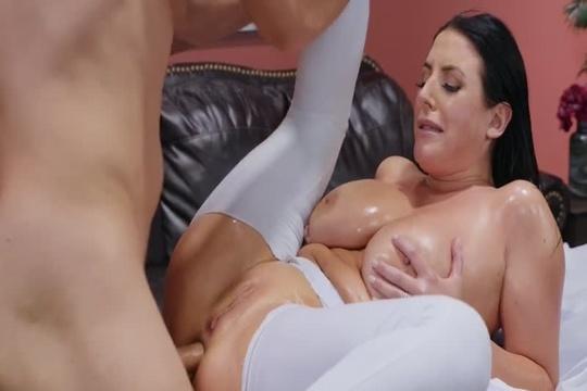 Брюнетка с большой натуральной грудью Angela White ебется в жопу с массажистом