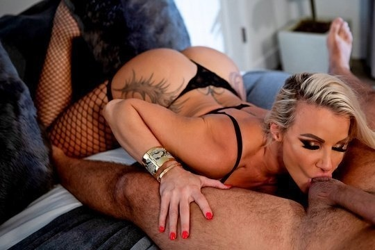 Зрелая проститутка блондинка Robbin Banx профессионально ублажает клиента