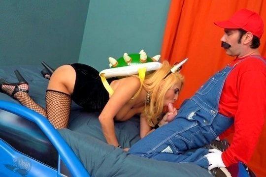 Зрелая блондинка с дойками April O Neil и ее дружок чикаются в косплеях