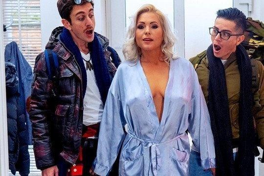 Зрелая блондинка Kathy Anderson обоссала парням лица перед МЖМ сексом в гостинице