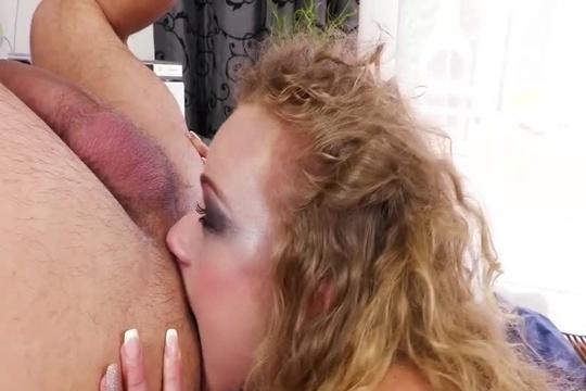 Жестко ебет француженку Angel Emily во все дырки и заставляет лизать жопу