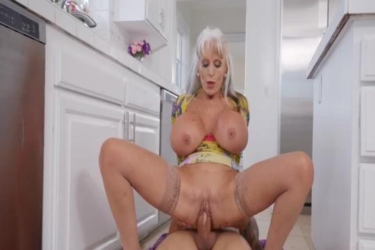Зрелая блондинка Sally D'Angelo расслабляется на хую парня своей дочери