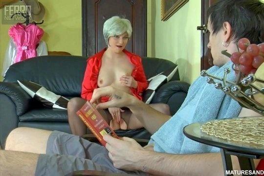Голодная русская блондинка в колготках спровоцировала секс со скромным дружком