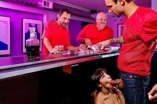 Отвязная шлюха Kitty Carrera трахается с сотрудником ночного клуба
