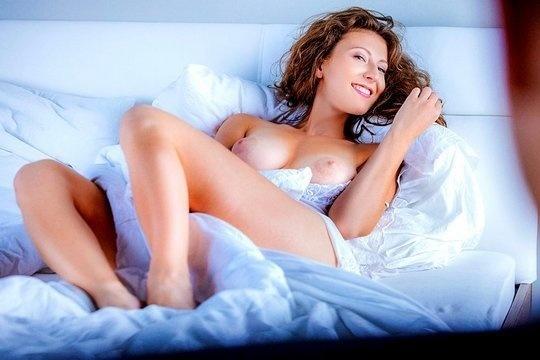 Изящная брюнетка с красивой грудью Emylia Argan одарила любимого своей нежностью