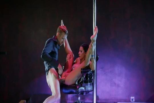 Приватный стриптиз в клубе от милфы Madison Ivy закончился бурным сексом