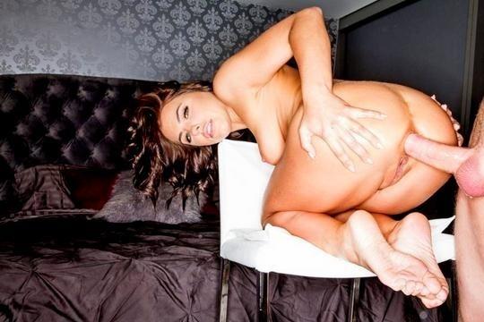 Любительница анала Adriana Chechik снова блядует в жопу, разработав ее секс игрушками