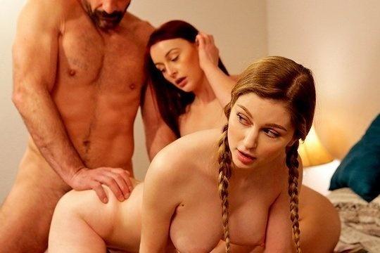 Блондинка с косичками Bunny Colby и ее рыжая сестра развлекаются с отцом