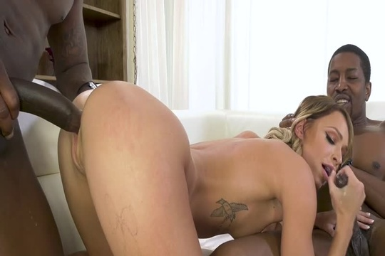 Два негра ебут блондинку Emma Hix во все дырки и сливают сперму на лицо