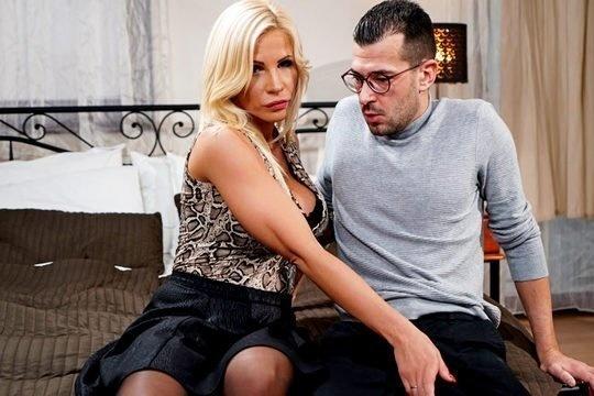 Зрелая мамка Tiffany Rousso трахается с сыном, чтобы излечить от задротства