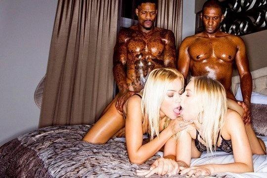 Блондинка Cherry Kiss с подругой устроили анальную групповуху с неграми