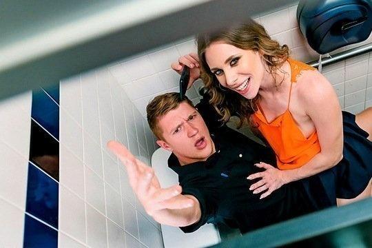 Игривая шатенка наслаждается большим членом официанта в туалете кафе