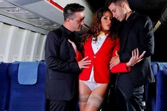 Два пилота дали в рот и трахнули с двойным проникновением стюардессу Clea Gaultier