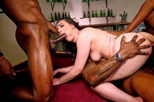 Ганг Бэнг порно с брюнеткой Casey Calvert с двойным проникновением и бурными камшотами