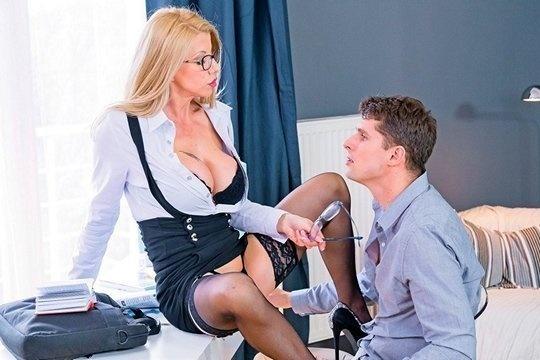 Зрелая блондинка в очках с большими сиськами соблазнила молодого