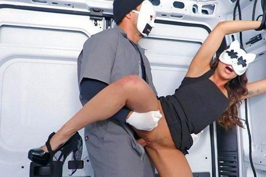 Похитил латину с сочными ягодицами и изнасиловал в жопу в фургоне