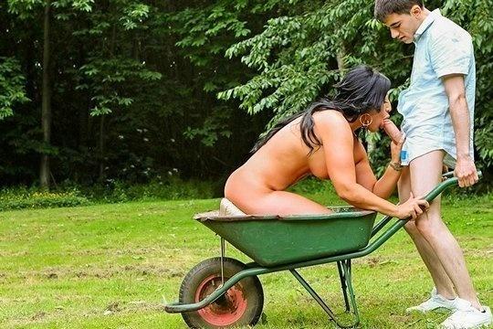 Сочная зрелая брюнетка соблазнила молодого колхозника с большим членом