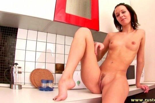 Русская брюнетка показала стройное тело на кухне и потрогала свою манду
