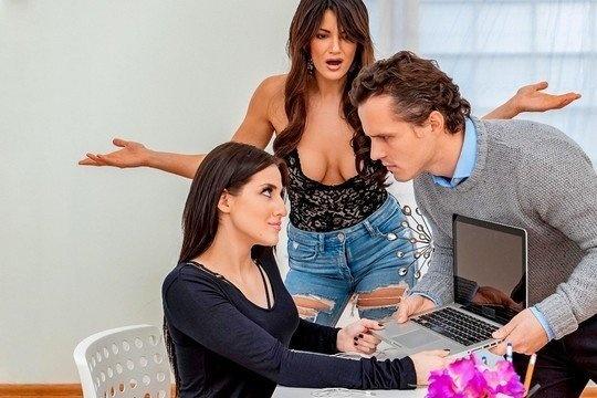 Две брюнетки БИ устроили дикий разврат в ЖМЖ порно в офисе на столе